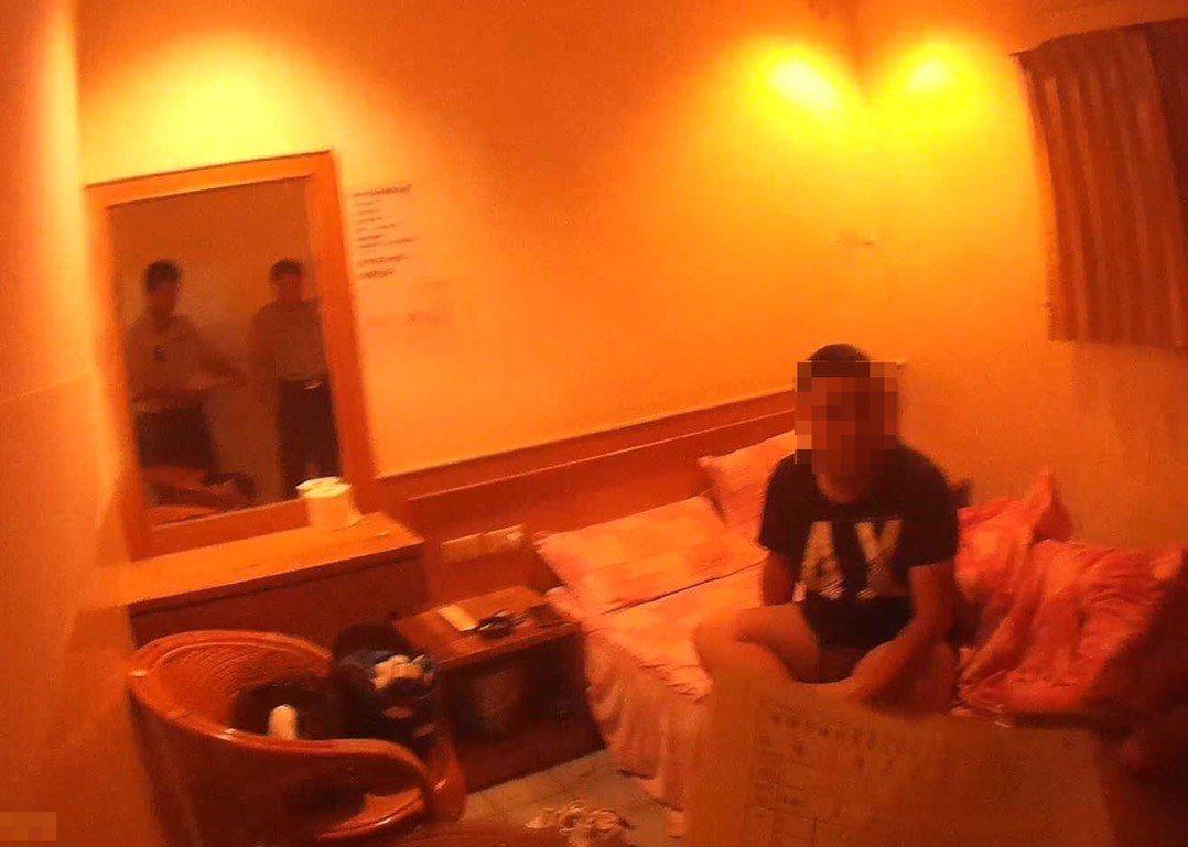 警方在屏東一間平價旅館內找到賴,房間內還瀰漫一股異味。記者張媛榆/翻攝