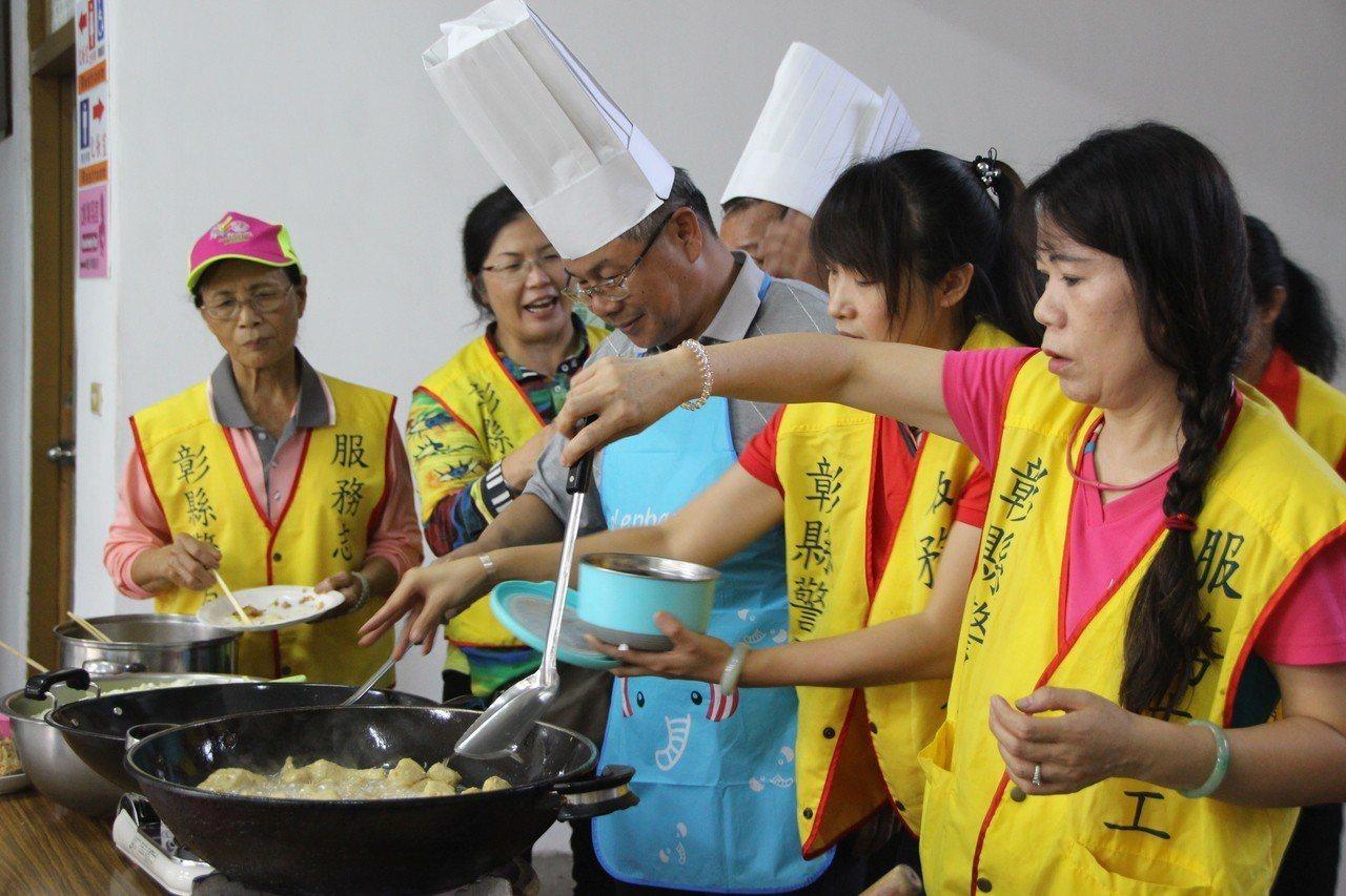 北斗警分局警察志工今天現採高麗菜並烹煮多道料理。記者林敬家/攝影