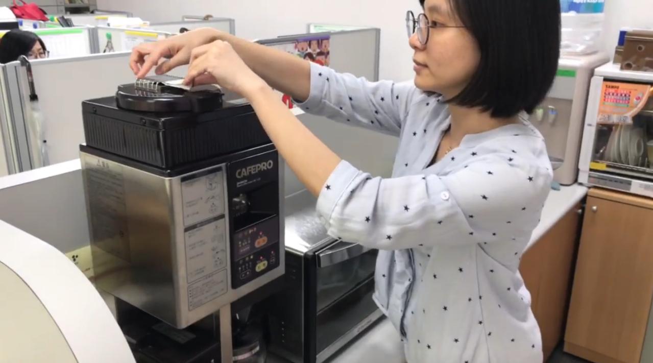 民進黨立委周春米在國會辦公室有一台烘、磨、煮三合一的咖啡機,每次只要烘豆子都會香...