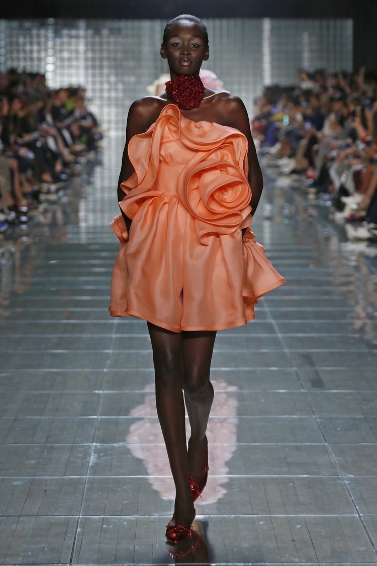 Marc Jacobs 2019春夏時裝系列運用了許多類似「活珊瑚橘」的顏色。...