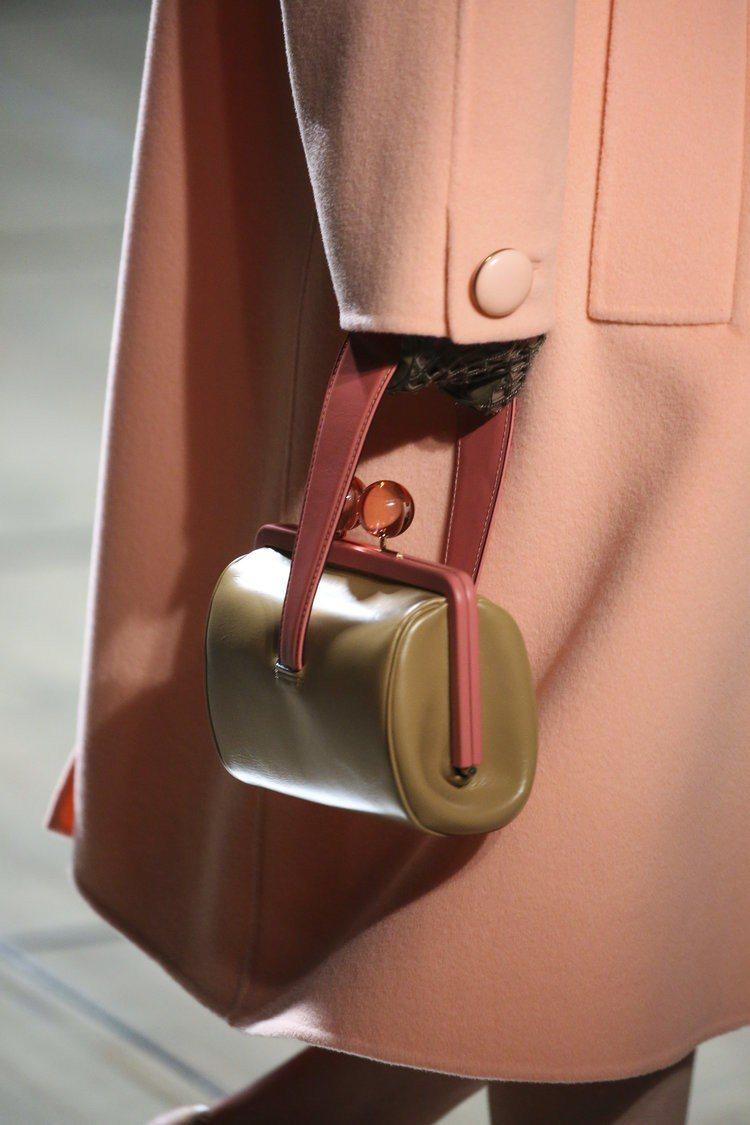 Marc Jacobs 2019春夏系列手提包把手的顏色就是「活珊瑚橘」。圖/...