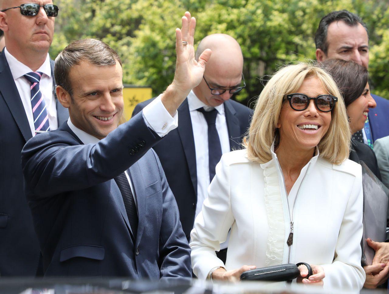 法國總統馬克宏(左)與妻子布莉姬(右)最近在國內引起很大的爭議。