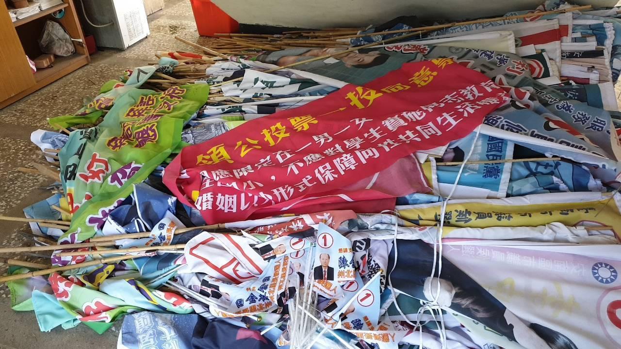 台南市政府環境保護局統計,選後共回收14004件競選廣告物。圖/南市環保局提供