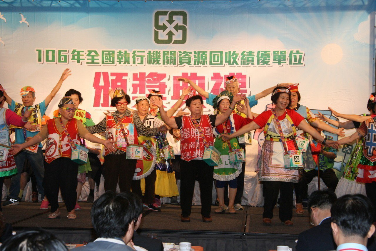 台南銀同社區將競選廣告物再製成帽子、表演衣物。圖/南市環保局提供