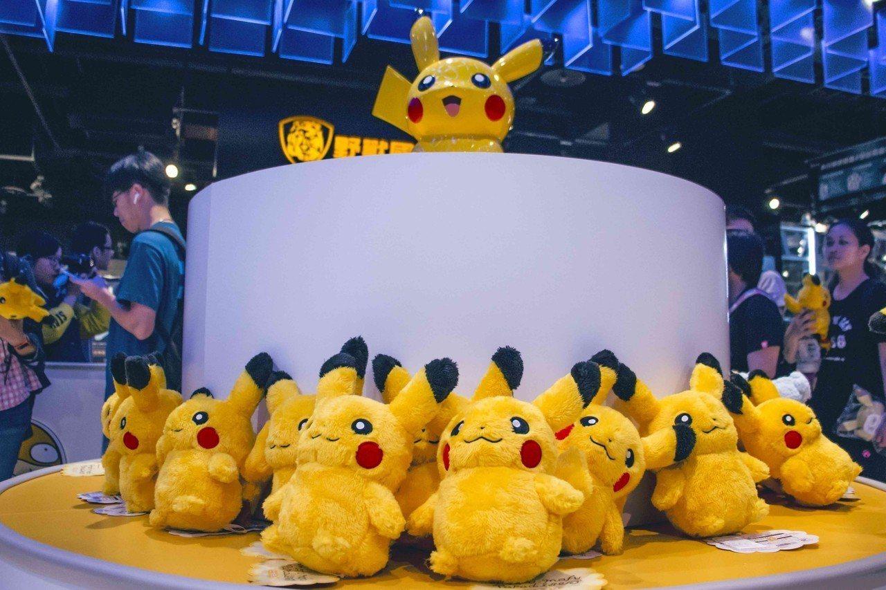 精靈寶可夢快閃店中主要陳列日本Pokémon Center原裝進口商品,絨毛玩偶...
