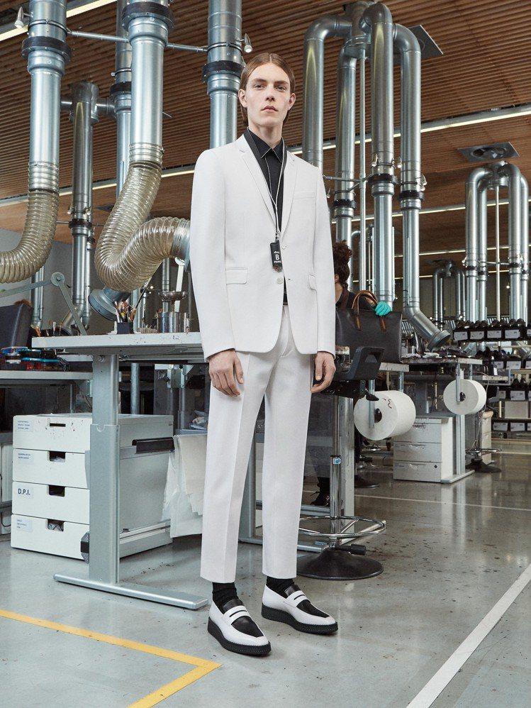白色禮服在過往的Berluti男裝中,也幾乎不存在。圖/Berluti提供