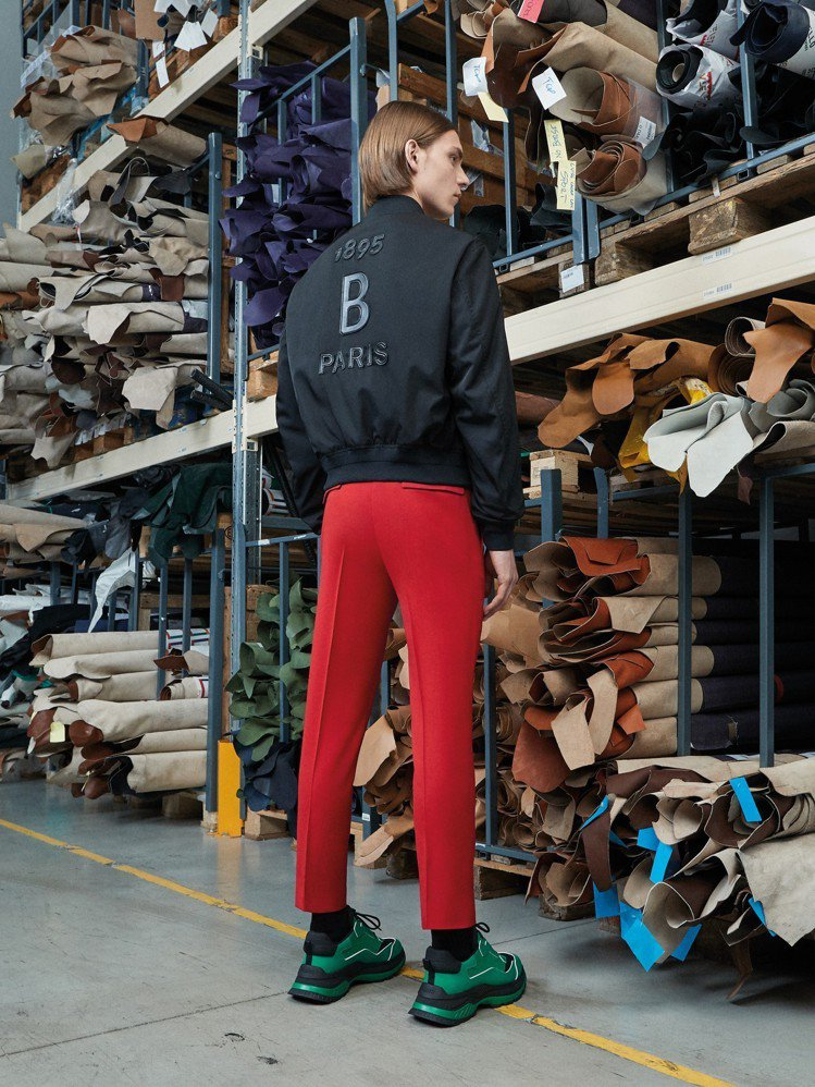 字母外套,搭配運動感的長褲和宛如球鞋的設計,是Berluti的新嘗試。圖/Ber...