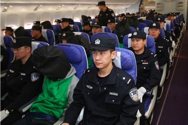 圖為2016年4月13日,中國警方自肯亞押解涉及電信詐騙案中的第二批67名嫌犯(...