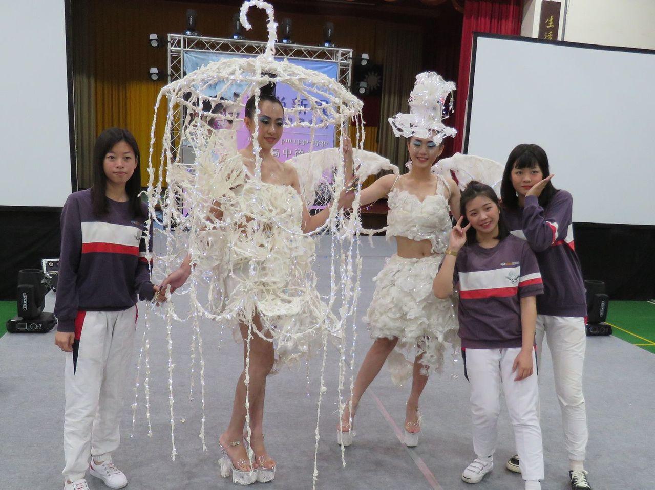 桃園市治平高中時尚造型科畢業展,以日常生活所見的熱門異材質,輕黏土、熱溶膠、人造...