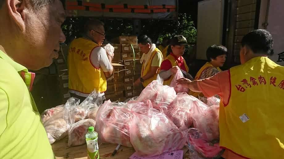 新竹市養雞協會舉辦土雞特賣會在新竹市假日花市開賣,現場提供800份雞湯免費喝。圖...