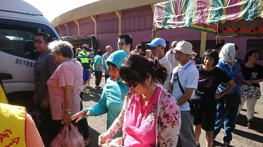 新竹市養雞協會舉辦土雞特賣會在新竹市假日花市開賣,每年都吸引搶購人潮。圖/養雞協...