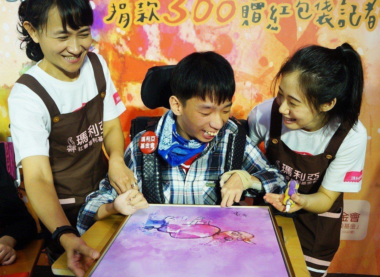 20歲重度多重障礙青年「畢卡東」(中)用油滴罐子擠出顏色,再握著加粗的畫筆,找到...