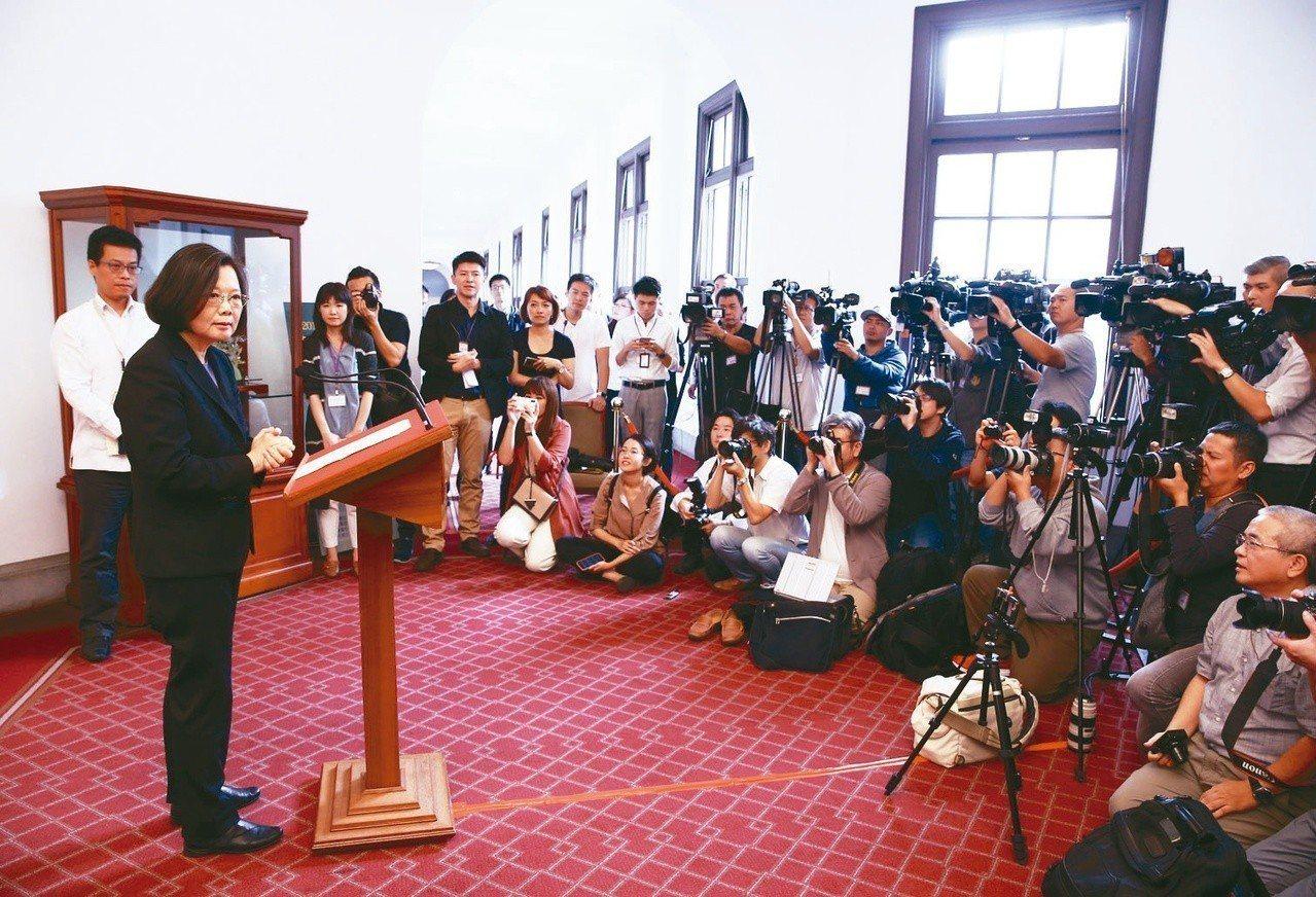 總統蔡英文今天首次改到總統府迴廊發表談話,澄清民進黨內的「逼宮說」。記者陳柏亨/...