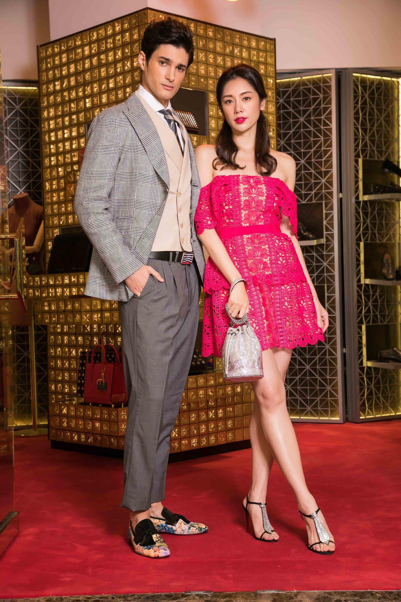 模特兒身穿Self-Portrait裙裝搭配手拿包49,500元以及T Cab派...