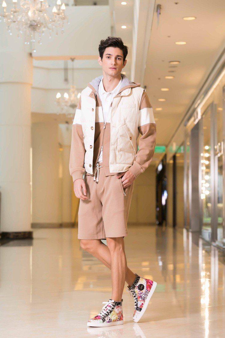 模特兒選用品牌全新推出的皮帶12,900元,搭配運動鞋(未定價)。圖/Chris...
