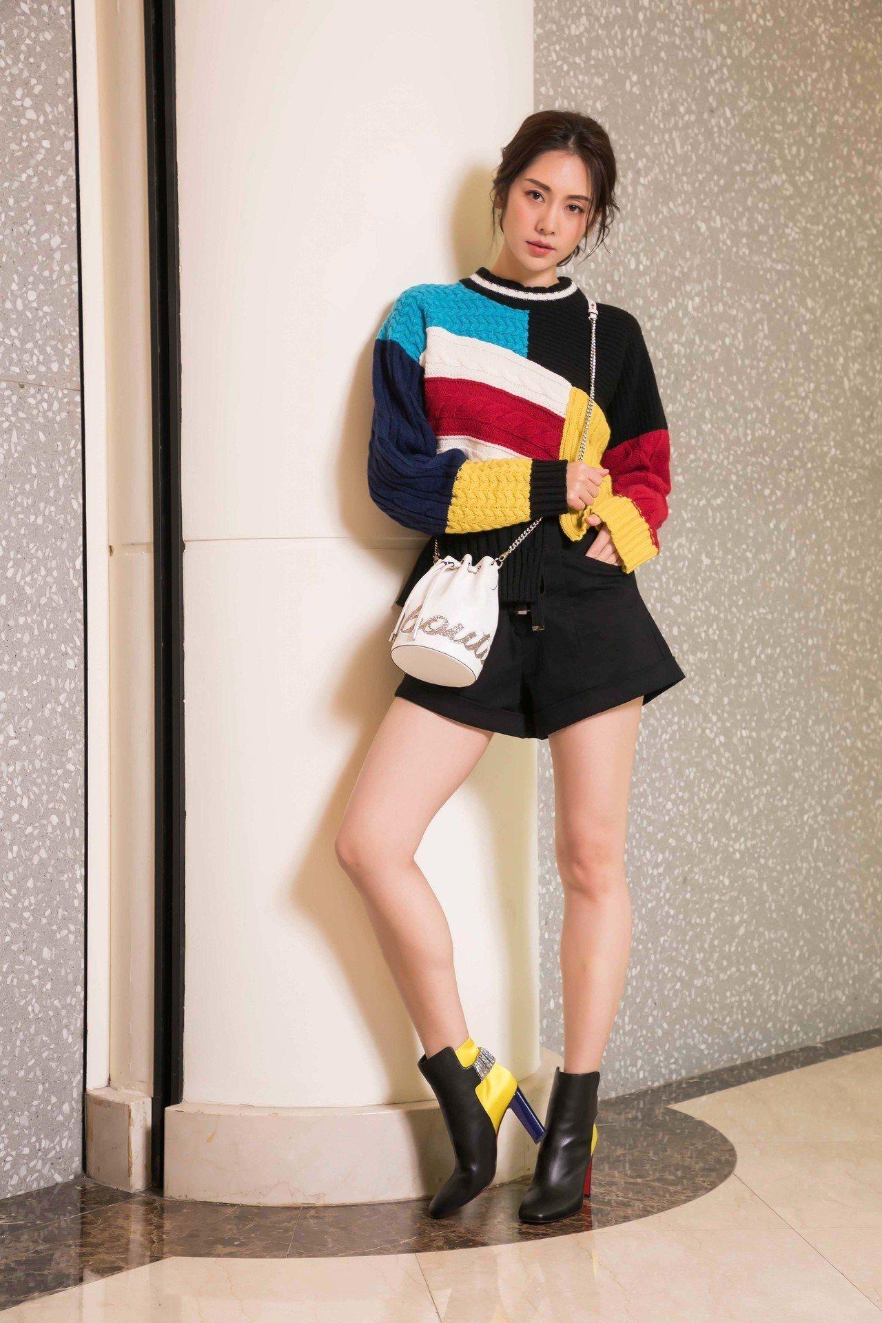 模特兒身穿MSGM上衣,配襯春夏靴款(未定價)以及Marie Jane水桶包49...