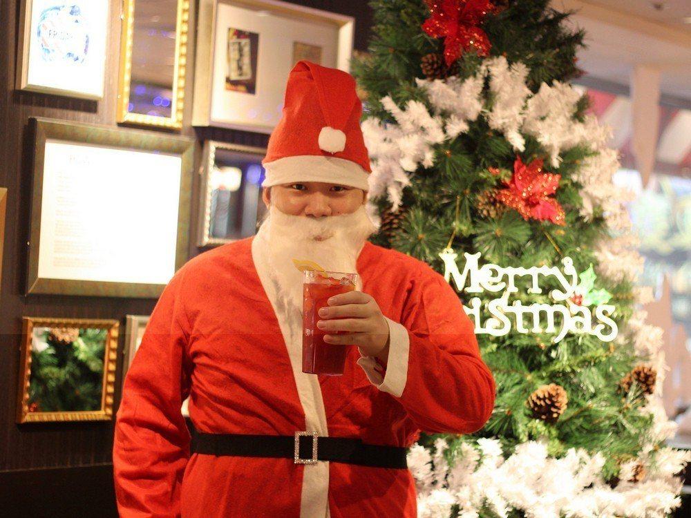 TGI FRIDAYS將有耶誕老公公快閃全台餐廳。圖/TGI FRIDAYS提供