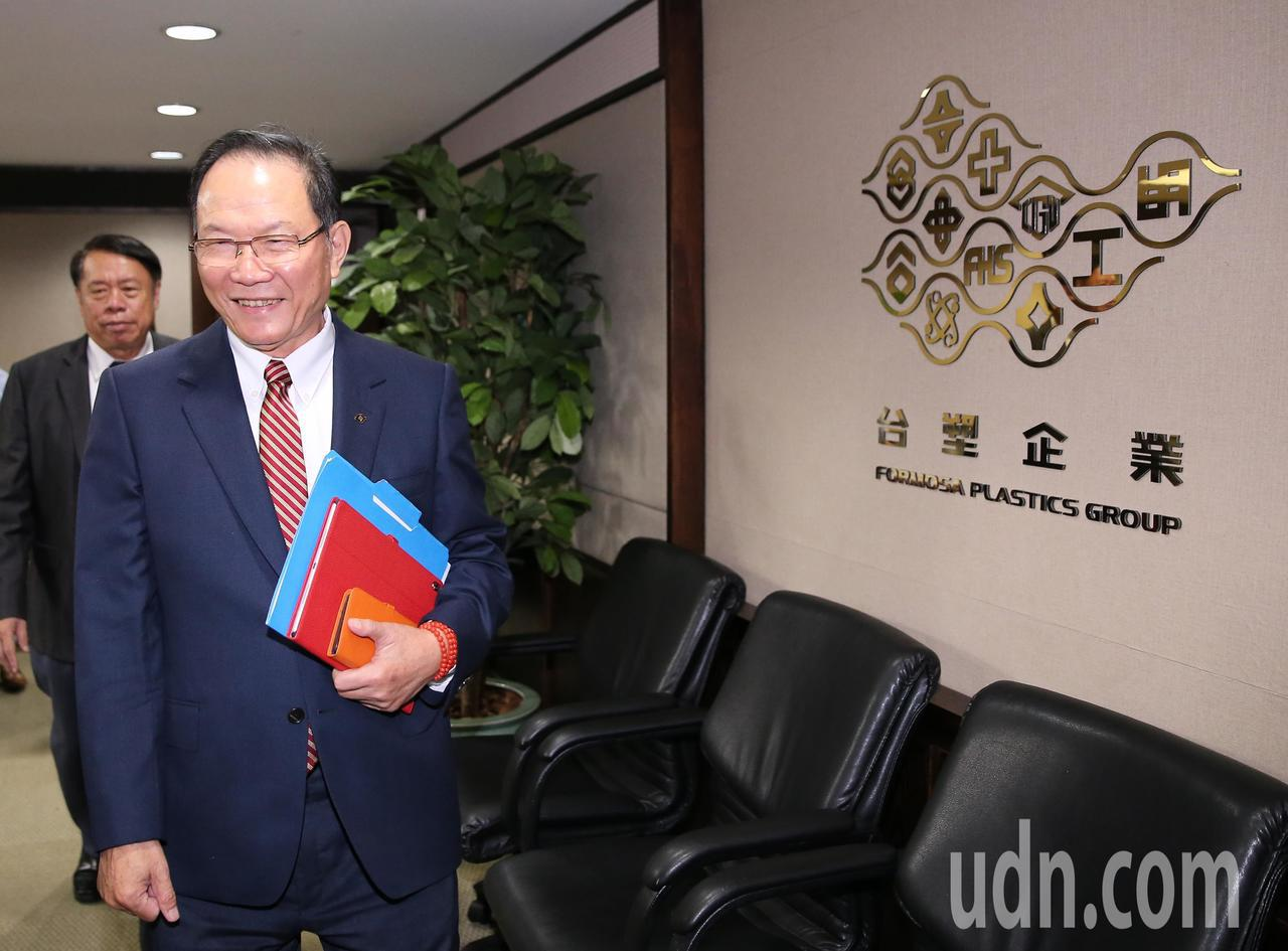 台塑集團今日由台塑公司董事長林健男與其他董事一同公布11月合併營收。記者許正宏/...
