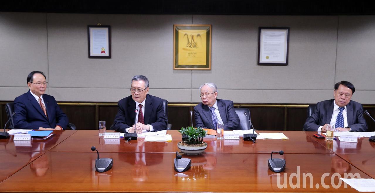 台塑集團今日由台塑公司董事長林健男(左起)、南亞公司董事長吳嘉昭、台化公司副董事...