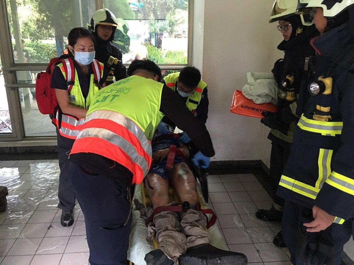 今天下午台中市中正公園地下停車場樓梯間驚傳男子自焚,消防人員到場搶救,男子尚未脫...