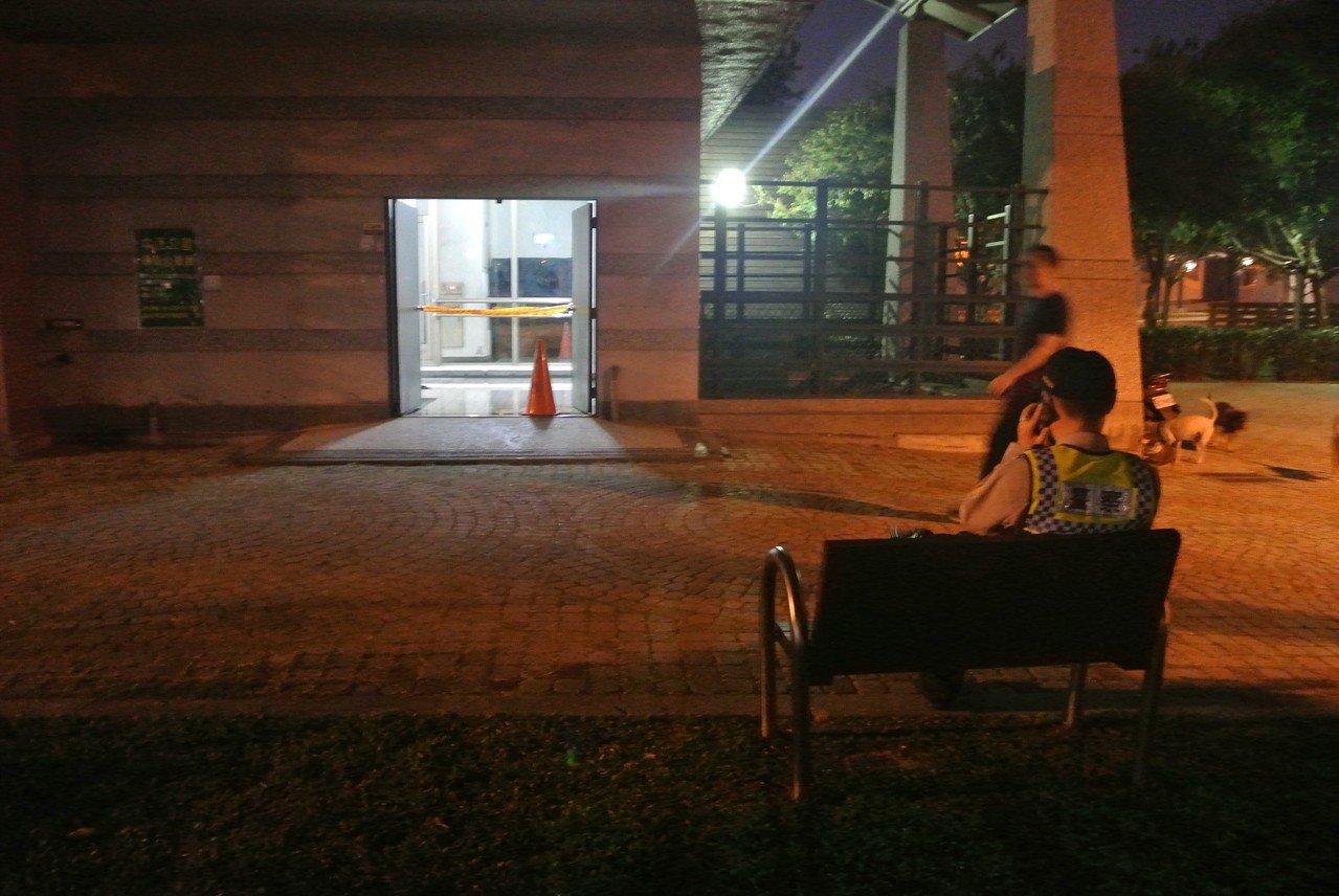 今天下午台中市中正公園地下停車場樓梯間驚傳男子自焚,警方拉起封鎖線警戒。記者林佩...