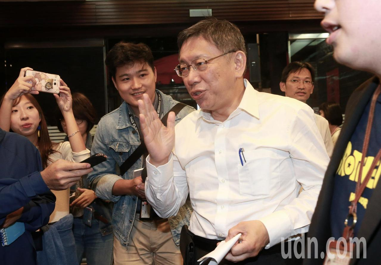 台北市長柯文哲晚間設宴宴請台北市議員,是否擔心沒有議員來?柯文哲想了一下說,時間...