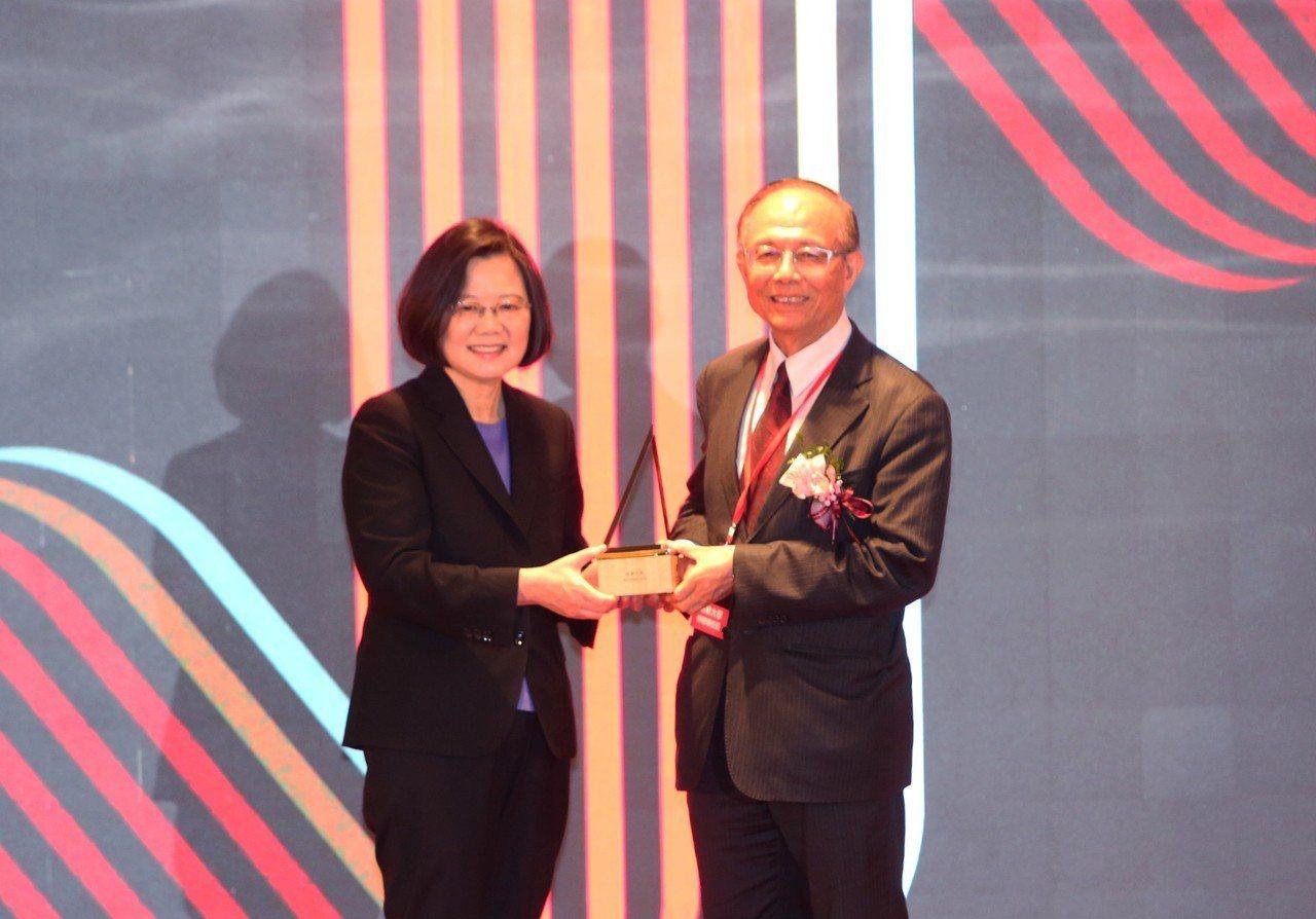 南華大學辦學績效卓著,總統蔡英文(左)頒發「國家品質獎」,右是校長林聰明。圖/南...