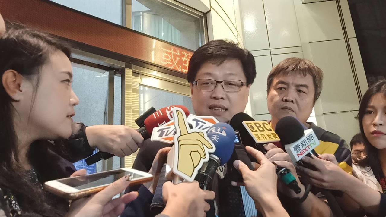 鈕承澤律師胡原龍(中),表示豆導明早會到大安警分局應訊。記者廖炳棋/攝影