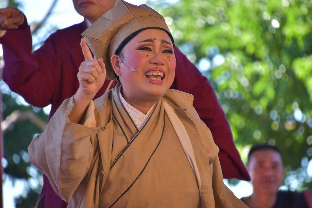 謝玉如點出了一條老生與丑角的挑戰之路,在《打城隍》裡,她演趙三個憨厚角色,配合劇...