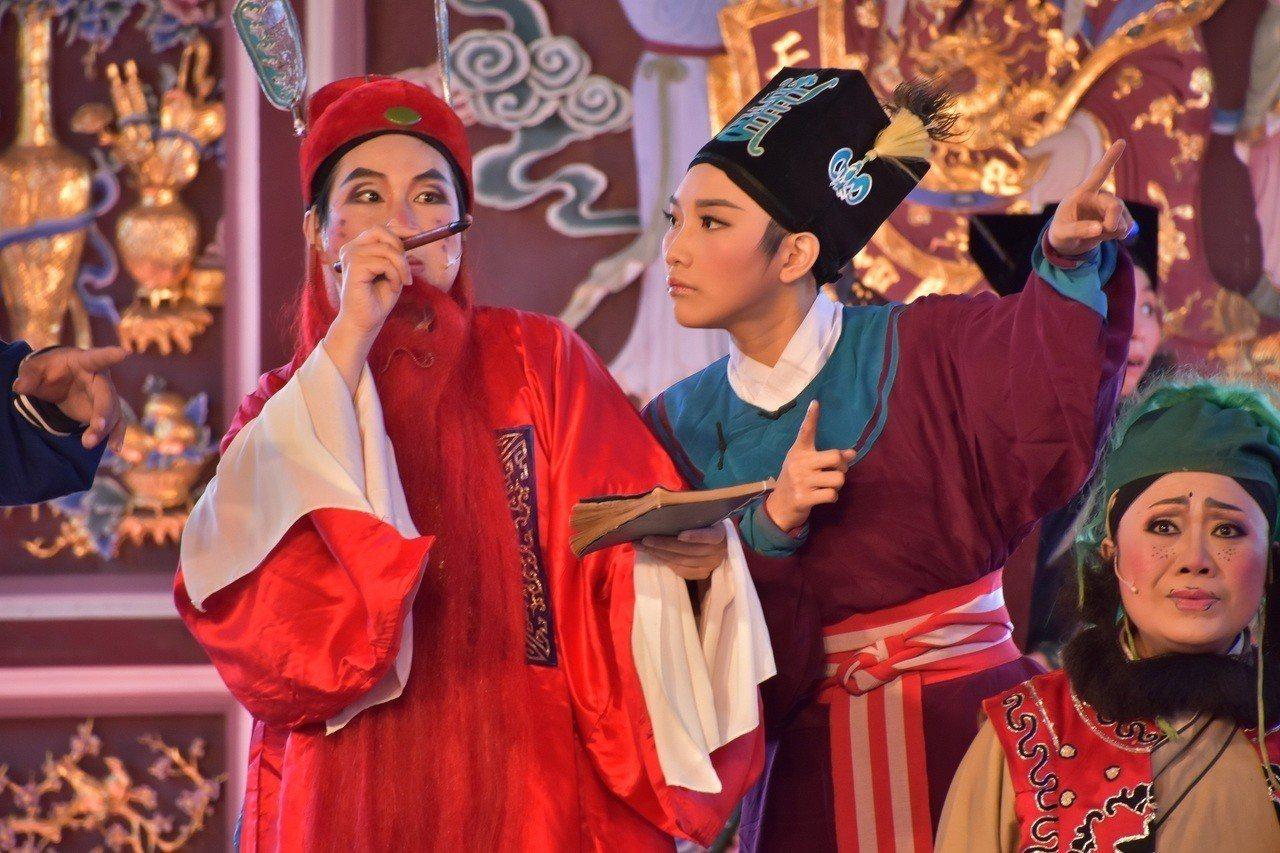 廖欣慈(中)是蘭陽戲劇團的當家小旦,今年剛滿30歲,10歲就迷上歌仔戲。圖/全聯...