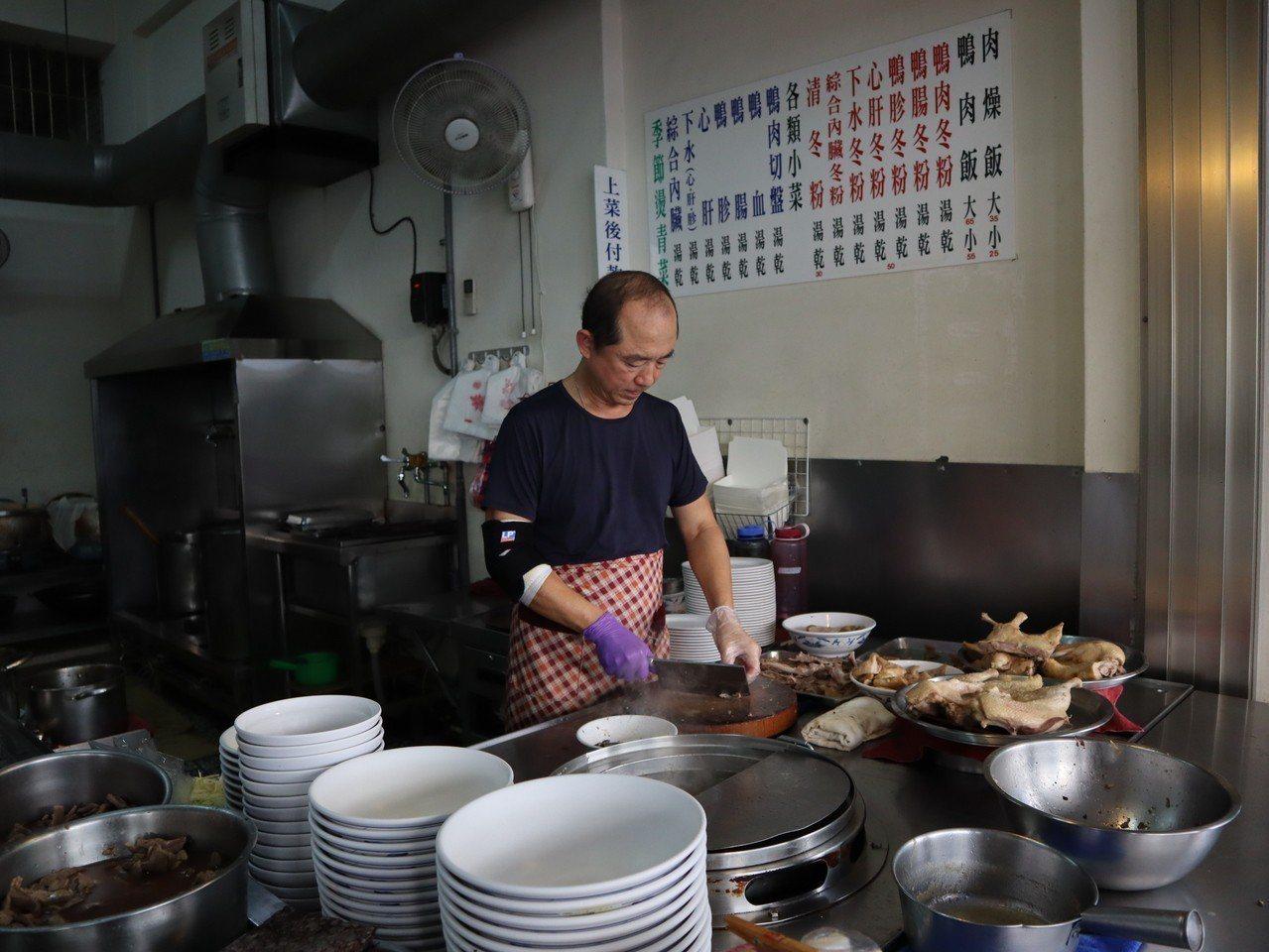 準高雄市長韓國瑜選舉前曾拍攝影片介紹在地小吃,包括白糖粿、粉圓冰、鴨肉飯等。記者...