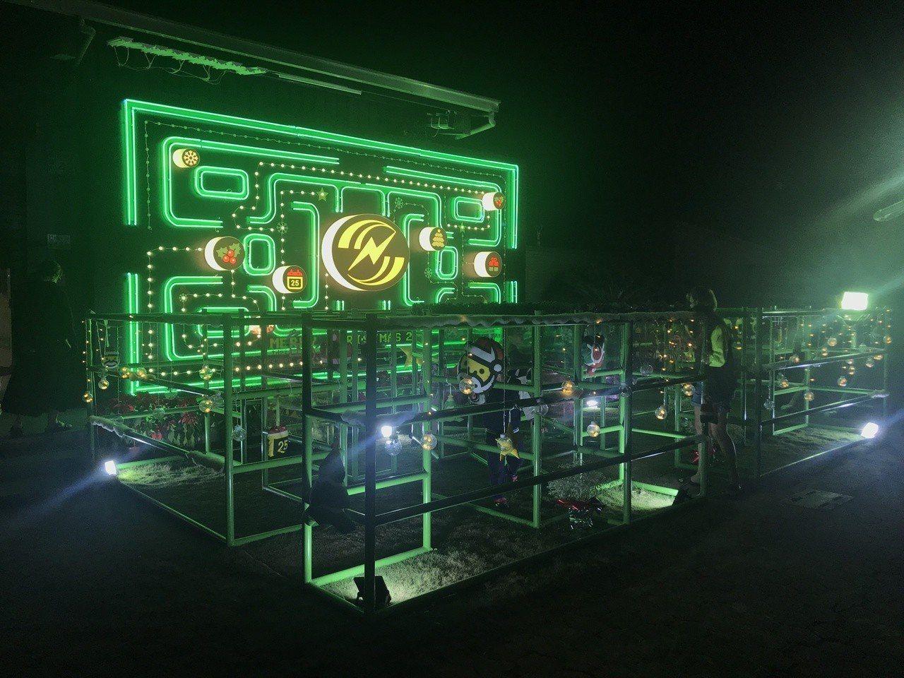 嘉義市昇億水電材料公司今年聖誕裝置藝術以「小精靈」遊戲場景為主,帶領大家回到任天...