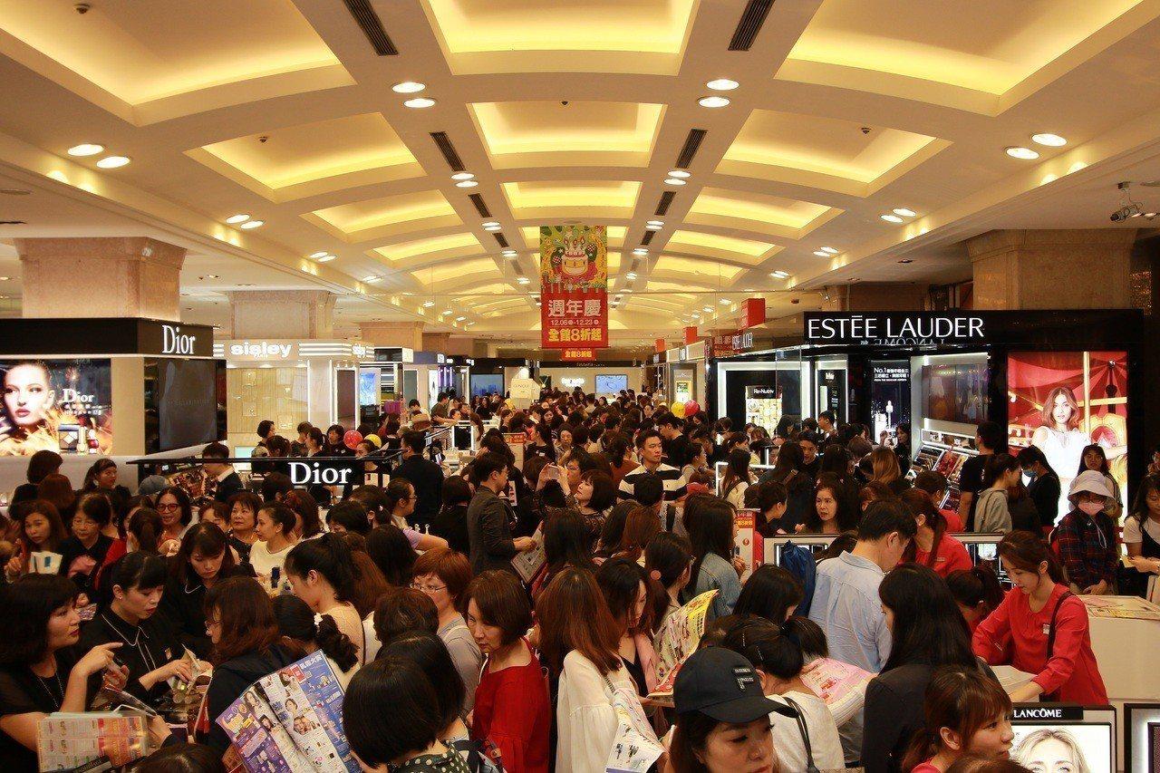新光三越台北站前店周年慶首日湧入7.2萬人潮。圖/新光三越提供
