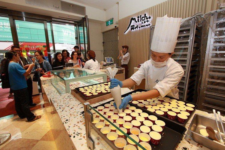 由布院抹茶半熟起司蛋糕在周年慶首日開賣,引發排隊熱潮。圖/新光三越提供