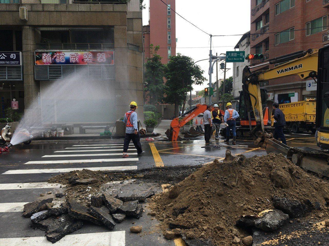 桃園區大業路今天又傳瓦斯管線被挖破,現場封路搶修。記者張裕珍/攝影