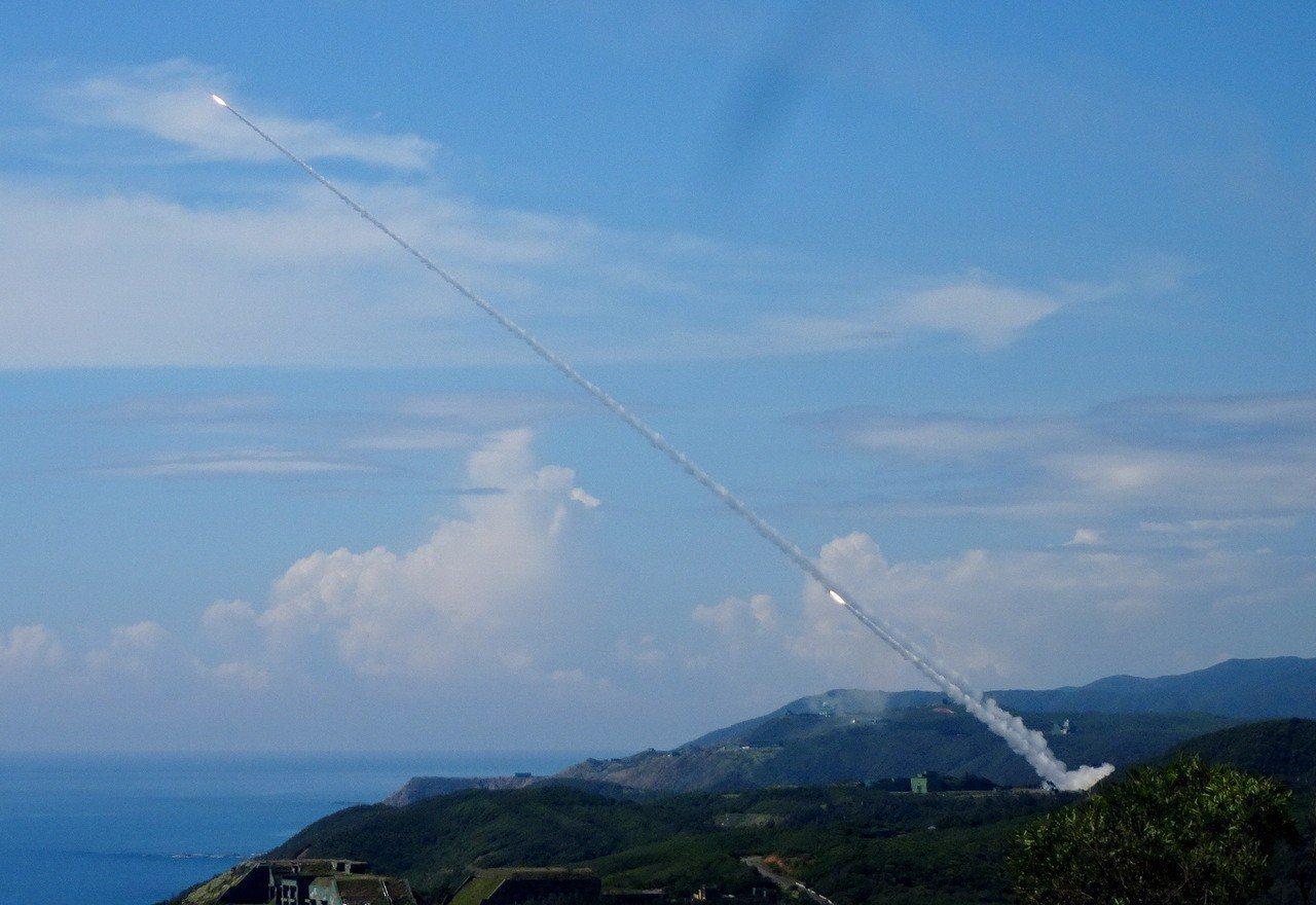 大陸今年頻繁出動機艦繞台演訓,九鵬基地今天測試高空防空飛彈,之前漢光演習也針對軍...