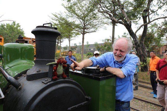 台糖地向英國威爾普蘭菲爾鐵道公司,商借「Dougal蒸汽火車頭」,英國技師Joh...