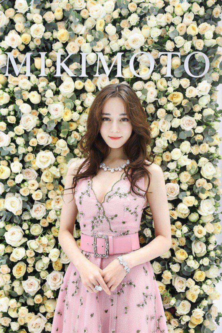 迪麗熱巴於MIKIMOTO玫瑰花牆前優雅留影。圖/MIKIMOTO提供