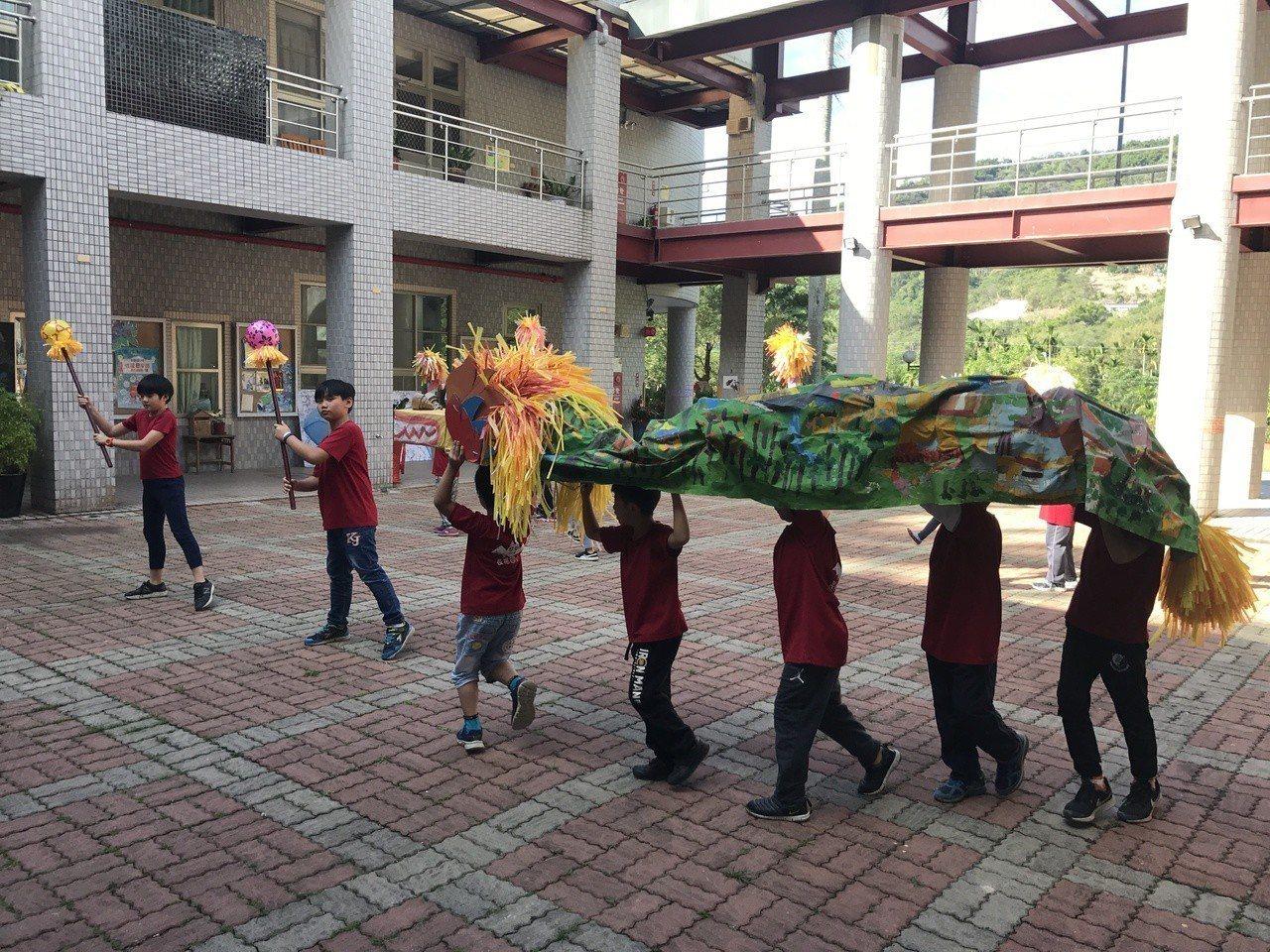 為讓俄羅斯大學生翁蔡文更瞭解國姓鄉,學生演出「火旁龍」舞蹈展現客家傳統文化。圖/...
