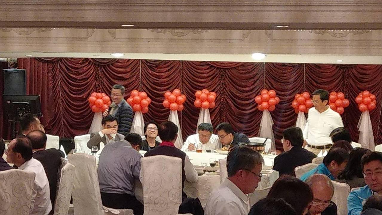 台北市長柯文哲今晚宴請63位現任議員餐敘,但席開半個小時後,只有9名議員到場,「...