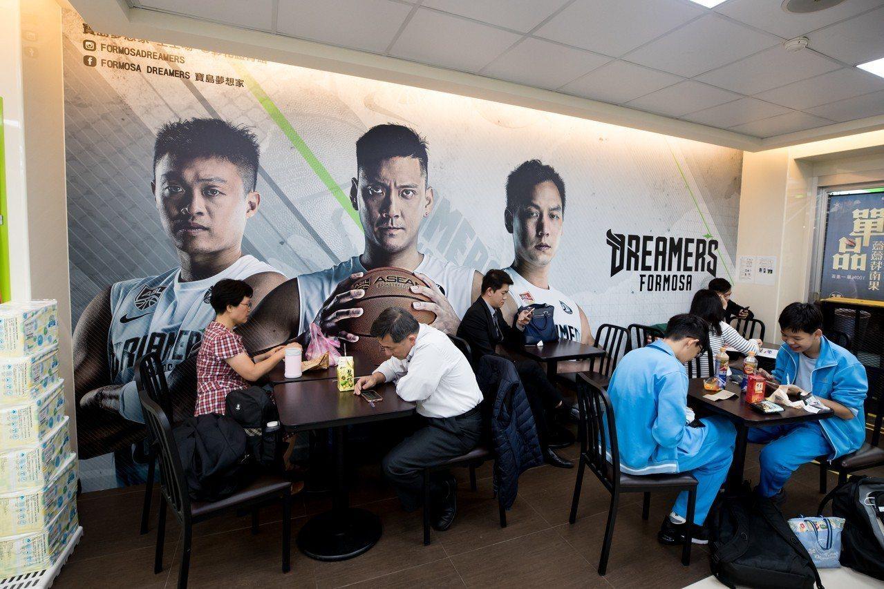寶島夢想家本季票務與全家合作,並在台北與彰化推出「夢想概念店」。圖/寶島夢想家提...