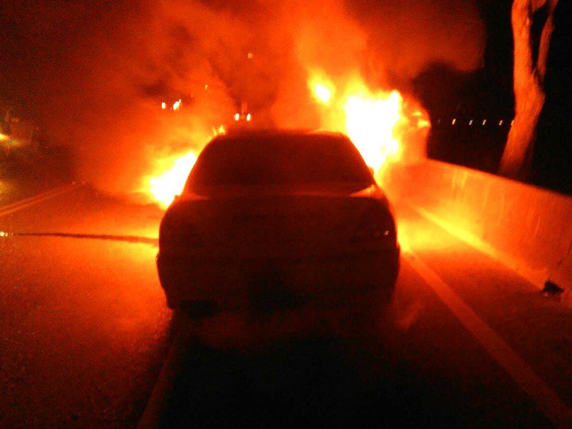 姜姓男子剛入手的中古老車不明原因起火燃燒,最後整台「燒光光」全毀。圖/警方提供