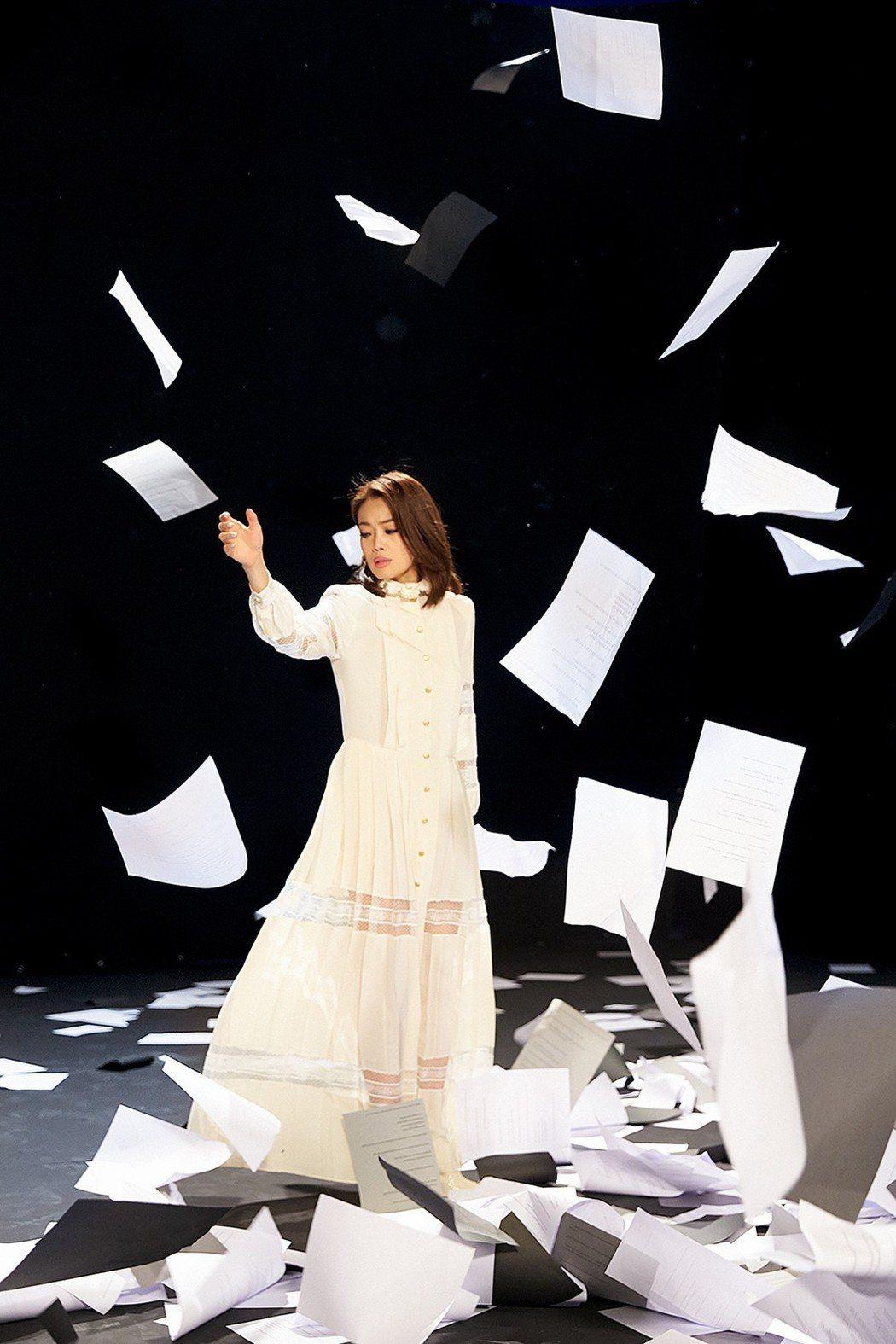 容祖兒在MV中扮演「說書人」。圖/英皇娛樂提供