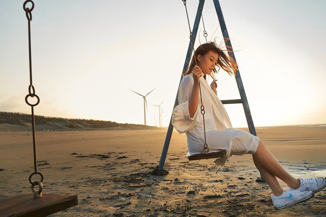 容祖兒特別到桃園觀音海邊有「台版撒哈拉」之稱的草漯沙丘拍攝MV。圖/英皇娛樂提供