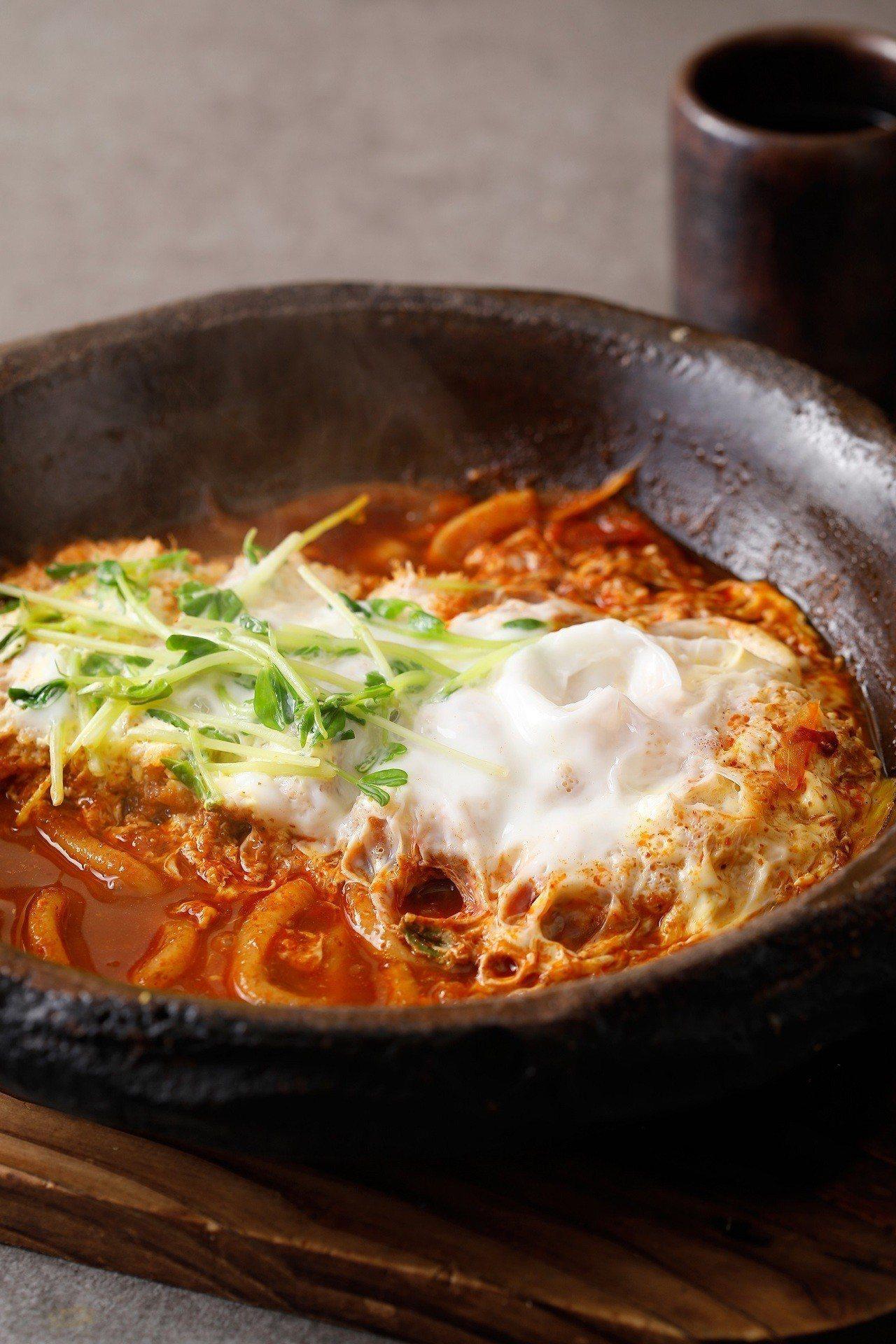 杏子豬排推出台灣獨家限定的「麻辣里肌鍋膳」。圖/杏子豬排提供