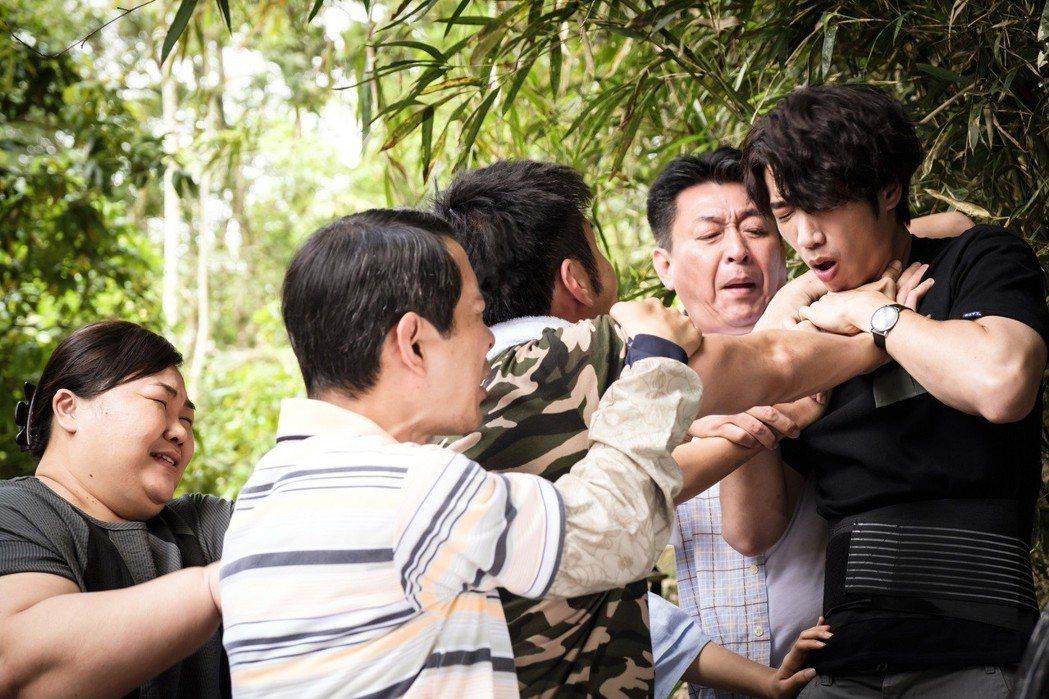 劉以豪被暴衝的劉子千攻擊。圖/歐銻銻娛樂提供