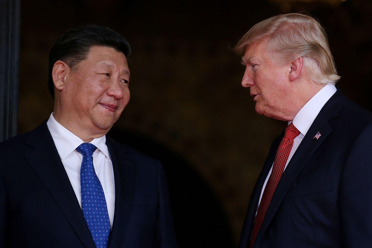 美國總統川普(右)想藉加徵關稅縮減對外貿易逆差,但至今成效不彰。路透