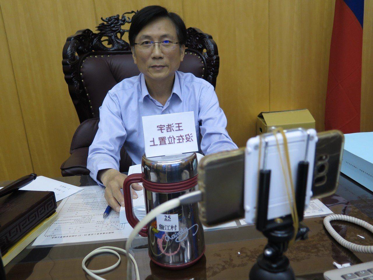 擔任主席的國民黨市議員詹江村裁示,希望紀律委員會盡速召開會議處理,他還在主席台開...