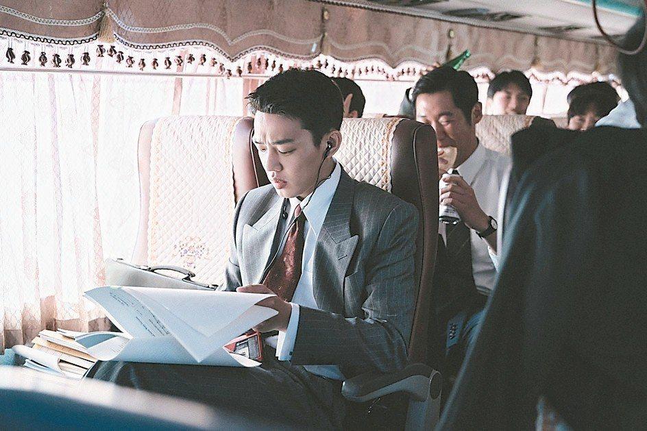 劉亞仁在「分秒幣爭」演出發國難財的金融顧問。 圖/華映提供
