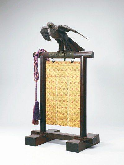 亞洲首場明治時代精品拍賣中,鐵自在鷹連座銘新次郎以2,641萬元成交,創下「自在...
